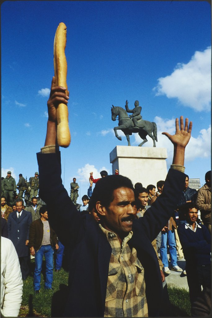 Manifestant tunisien le 6 janvier 1984 - La guerre du pain